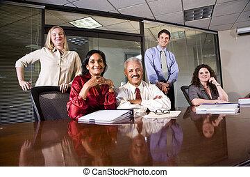 multi-ethnic, colegas, en, un, oficina, sala de conferencias