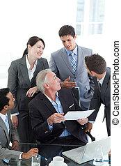 multi-ethnic, empresarios, discutir, un, contrato
