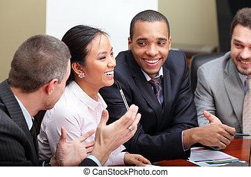 multi ethnic, handlowy zaprzęg, na, niejaki, meeting., interacting., ognisko, na, kobieta