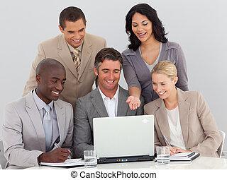 multi-ethnic, handlowy zaprzęg, pracujący, w, biuro, razem