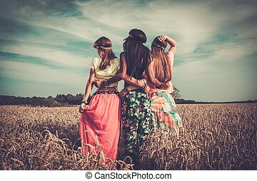 multi-ethnic, hippie, niñas, en, un, campo de trigo