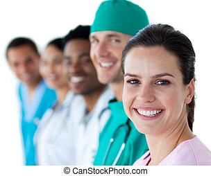 multi-ethnic, medicinsk hold, smil, hos, den, kamera