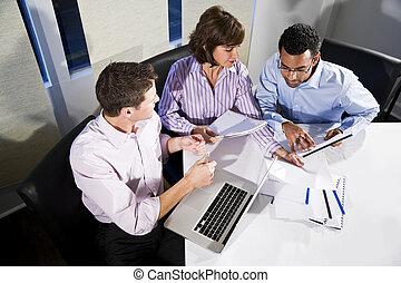 multi-ethnic, oficinistas, trabajo encendido, proyecto
