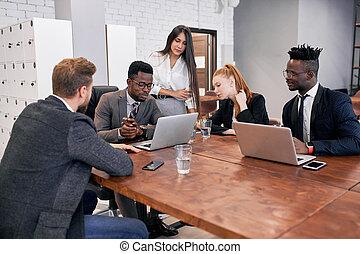 multi-ethnique, équipe, moderne, réunion, businesspeople, bureau