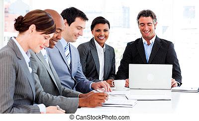 multi-ethnique, business, groupe, discuter, a, nouveau, stratégie