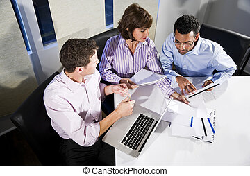multi-ethnique, employés bureau, travailler, projet