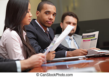 multi ethnique, equipe affaires, à, a, meeting., foyer, sur, african-american, jeune homme