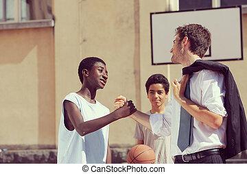 multi-ethnique, joueurs basket-ball, serrer main, après, allumette