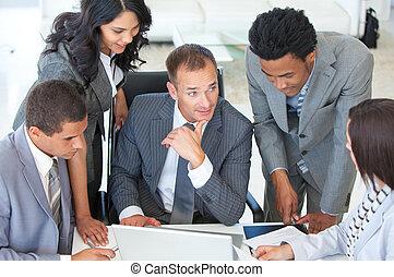 multi-ethnisch, geschäftsmenschen, arbeitend zusammen, in, a, projekt