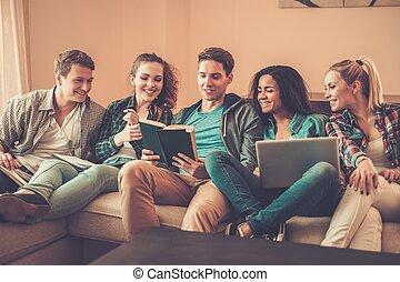 multi-ethnisch, junger, daheim, vorbereiten, studenten, ...