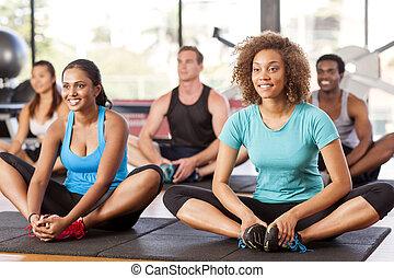 multi- etnický group, natahovat, do, jeden, tělocvična
