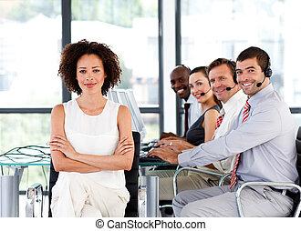 multi-etnico, squadra affari, in, uno, centro chiamata