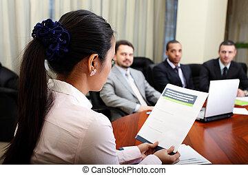 multi etnikai, ügy sportcsapat, -ban, egy, meeting., nő, átnyújtás, neki, project., összpontosít, képben látható, nő