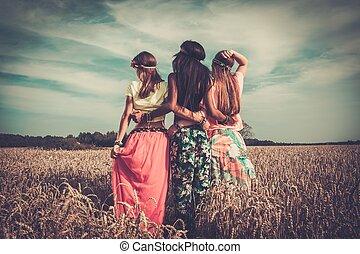 multi-etnisch, hippie, meiden, in, een, weit veld