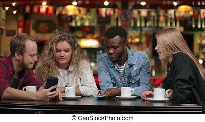 multi-etnisch, tonen, stellen, foto's, koffiehuis, elke, zittende , anderen, laugh.
