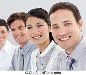 multi-etnisch, zakelijk, groep, het glimlachen, op, de, fototoestel