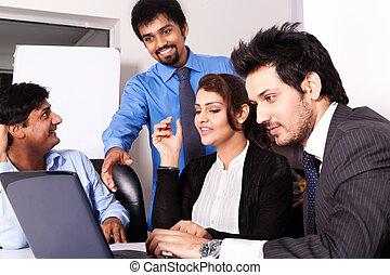 multi, femme, groupe, professionnels, jeune, inidan, réunion, businessmen., racial, réunion