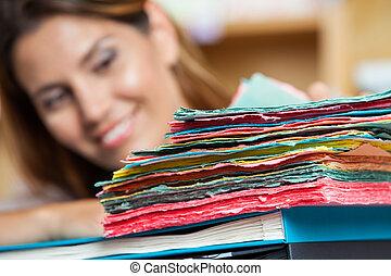 multi gefärbt, papiere, mit, verkäuferin, lächeln, in, hintergrund
