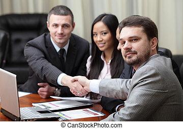 multi, geschaeftswelt, interacting., ethnisch, fokus, mannschaft, front, meeting., kaukasier, mann