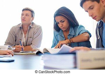 multi, groupe, étudiants, derrière, préparer, ethnique, intérieur, maison, table, examens