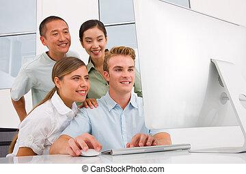multi, groupe, gens, regarder, informatique, ethnique