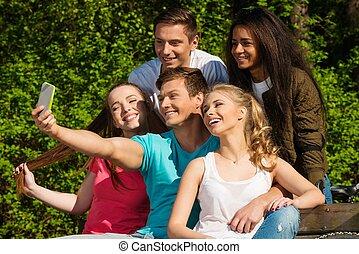 multi, groupe, sportif, prendre, parc, adolescent, ethnique, amis, selfie