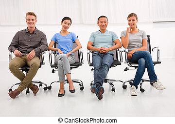 multi, grupo, personas oficina, sentado, étnico, silla