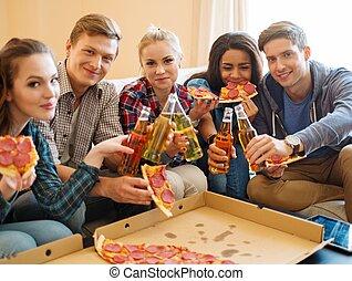 multi, gruppo, bottiglie, bevanda, giovane, festeggiare, etnico, interno, casa, amici, pizza