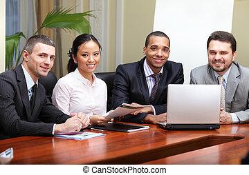 multi, handlowy, afrykańska-amerikanka, interacting., drużyna, ognisko, etniczny, meeting., człowiek