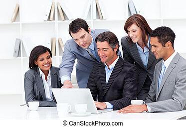 multi-kulturalny, laptop, drużyna, handlowy, patrząc