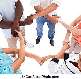 multi-racial, mãos, outro, segurando, cada