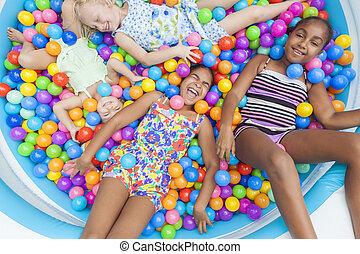 multi racial, meninas, crianças, divertimento, tocando, em, colorido, bola, cova