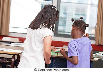 multi rassen, klaslokaal, met, kinderen, samenwerken, in, basisschool