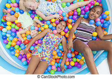 multi rassisch, mädels, kinder, spaß, spielende , in, gefärbt, kugel, grube