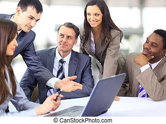 multi, zakelijk, ethnische , stafmedewerkers, het bespreken, werken, vergadering