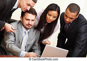 multi, zijn, zakelijk, draagbare computer, ethnische , iets, middelbare leeftijd , team, zakenman, optredens