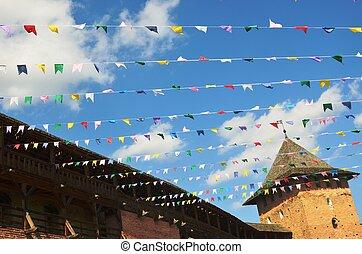 multicolore, drapeaux, rouges, blanc, murs, bleu, fond, jaune, ciel, blanc, bleu, castle., vert, rose, moyen-âge, nuages, dans