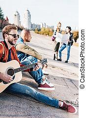 multicultural, amigos, con, guitarra