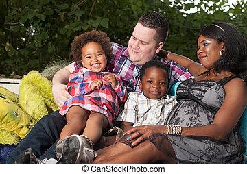 multicultural, rodzina, na leżance