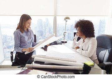 multiethnic, befog, építészmérnök, nők, noha, alaprajzok, és, terv