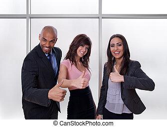 multiethnic, business, projection, haut, pouces, équipe