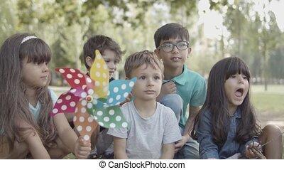 multiethnic, kids, открытый, группа, вместе, урок, сидящий, воздух