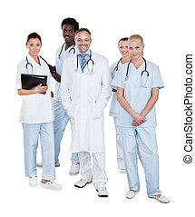 multiethnic, medizinische mannschaft, stehen, weißer hintergrund