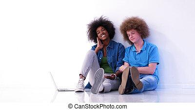 multiethnic, paar, sitzen boden, gebrauchend, a, laptop, und, tablette
