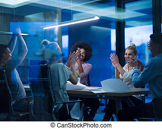 multiethnic, startup, equipe negócio, em, noturna, escritório