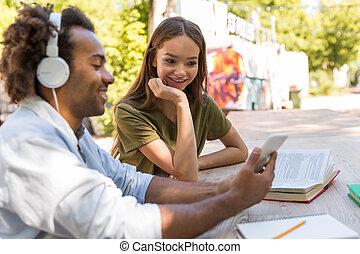 multiethnic, studenci, młody, mówiąc, inny, każdy, przyjaciele, szczęśliwy