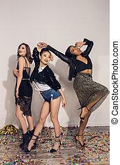 Multiethnic, tanzen, mädels, junger, heiter, Innen,  party