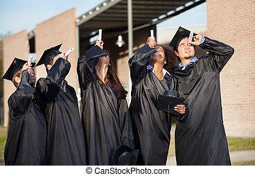 multiethnic, universität, studenten, in, staffelung- kleid, sichtung, bescheinigungen, auf, campus