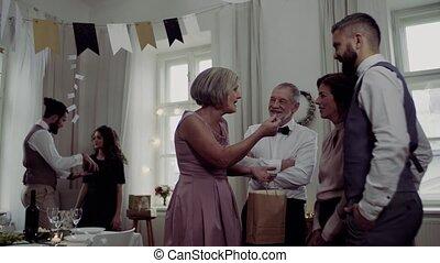 multigeneration, 가족, 와, 은 선물한다, 통하고 있는, a, 옥내의, 생일 파티, 말함.