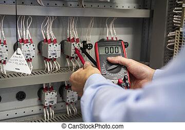 multimeter, alatt, kézbesít, közül, villanyszerelő, closeup., szolgáltatás, művek, alatt, elektromos, box., fenntartás, közül, elektromos, panel., technikus, próba, feszültség, gyutacs, box., munkás, noha, baldachin